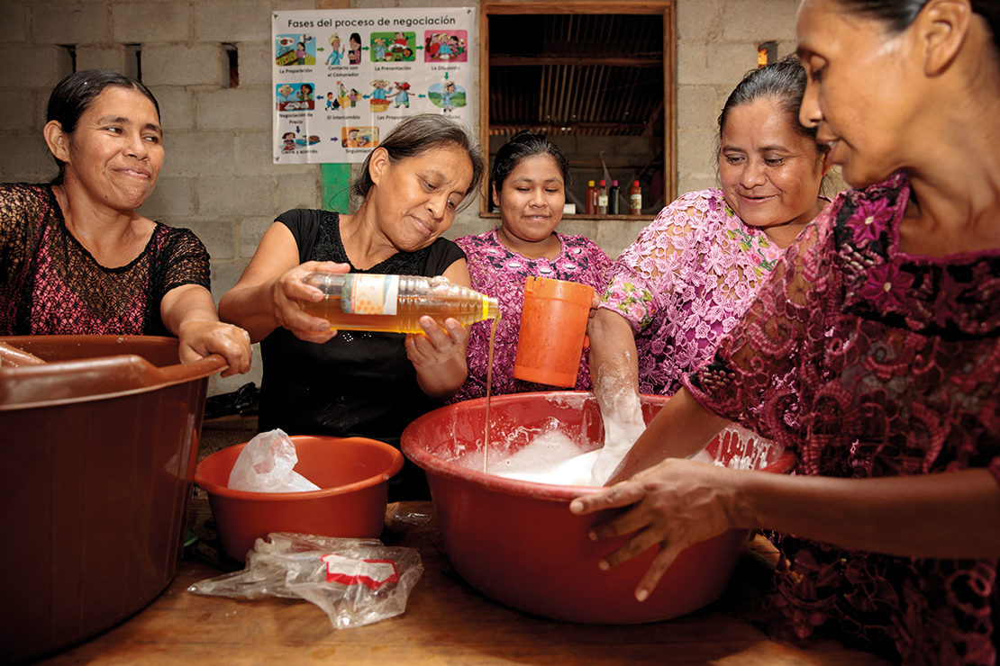 Women from Aldea Campur, in Alta Verapaz, make, market and package their own shampoo. Credit: UN Women/Ryan Brown.