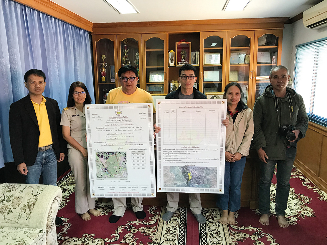 Municipal officers and community representatives illustrate local government support for community land tenure. Credit: Maurizio Farhan Ferrari.